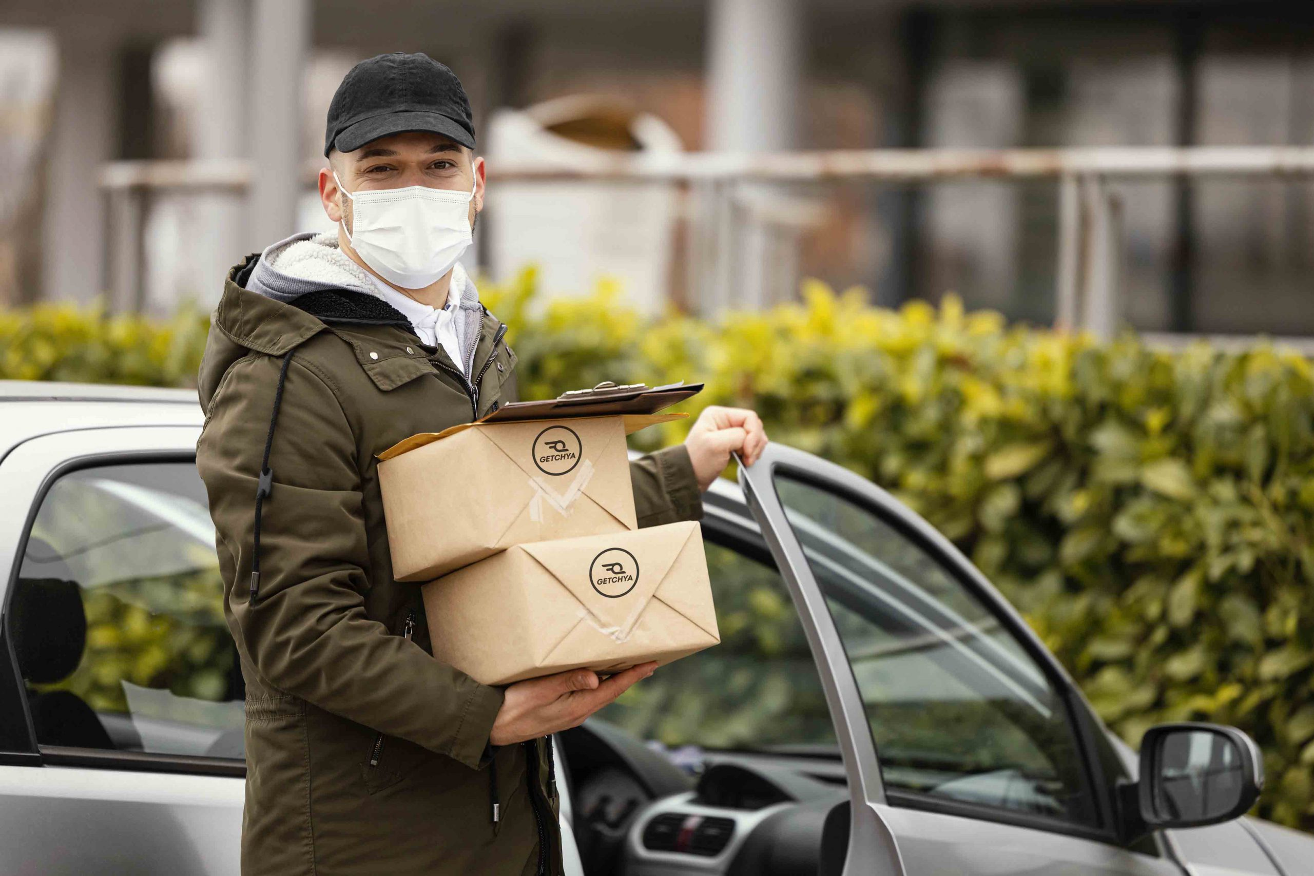 delivery-male-with-mask-packages2